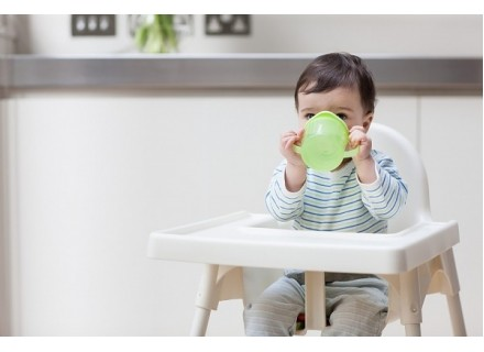 Tập cho bé uống nước, sữa bằng cốc